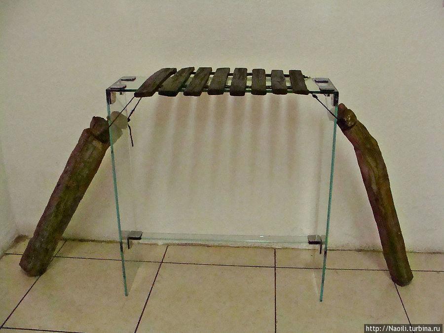 Народный инструмент — переносная деревянная маримба