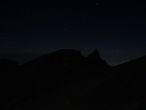 Рино Поинт с созвездием Ориона перед восходом солнца. Глаз носорога — фонарик туриста.