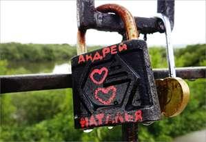 Скрепляют свою любовь замочками шадринские молодожены на берегу Исети