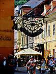 В исторической части Брашова есть широкая целиком пешеходная улица – Stradа Repubicii. Ведет она от площади, на которой находится ратуша до Примэрии. На Stradа Repubicii много кафе , как уличных, так и внутри домов, магазинов , бутиков и т.п. В общем стандартный «Арбат».