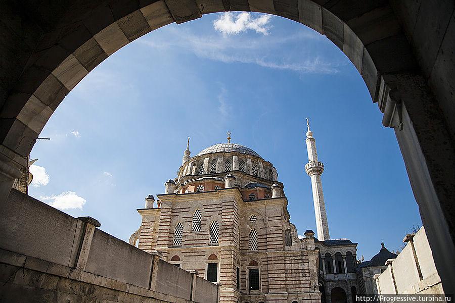 Абстрагировавшись от машин, я начал изучать архитектуру вокруг, людей и наблюдать обычные будни большого города, фотографируя самые интересные на мой взгляд моменты. Стамбул, Турция