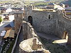 Вид вниз, во двор цитадели. За стеной, справа, видно большое здание в главном дворе — музей тамплиеров и истории замка, заглянуть в который времени у нас не хватило.
