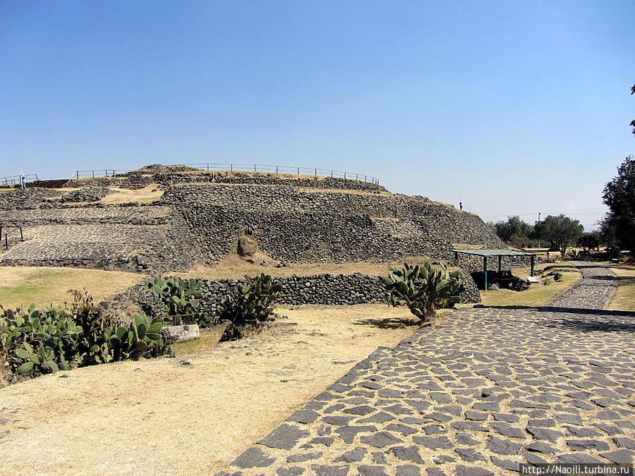 Это круглое основание пирамиды диаметром 110 метров и высотой 25 метров, а в центре уплотненная площадка земли.