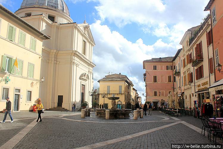 Вид с площади на  церковь