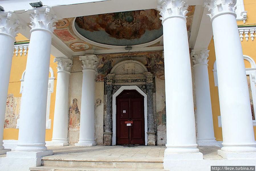 Четырехколонный портик оформляет южный парадный фасад собора, обращенный к городу, хотя на самом деле вход в храм находится с другой стороны — как водится, с западной.