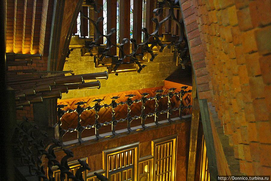 уже перед выходом на крышу, вот такие ангельские трубы органа...