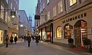 Улица Гетрайдегассе (Getreidegasse). Небольшая старинная улочка, идущая от Резиденцплац через весь старый город. Здесь находится дом, где родился В. А. Моцарт.