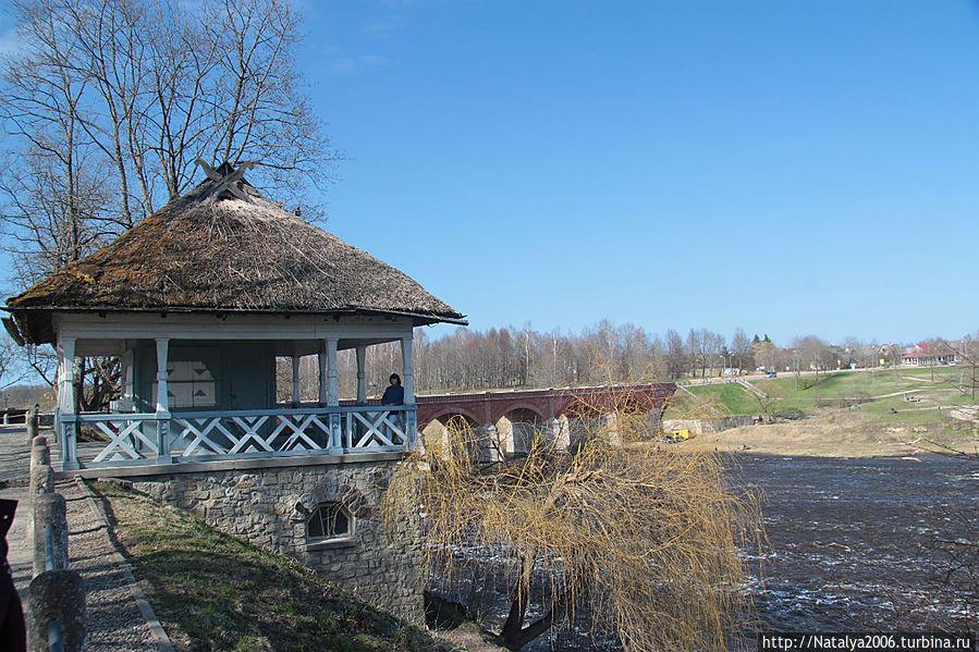 Вид на кирпичный арочный мост на реке Вента