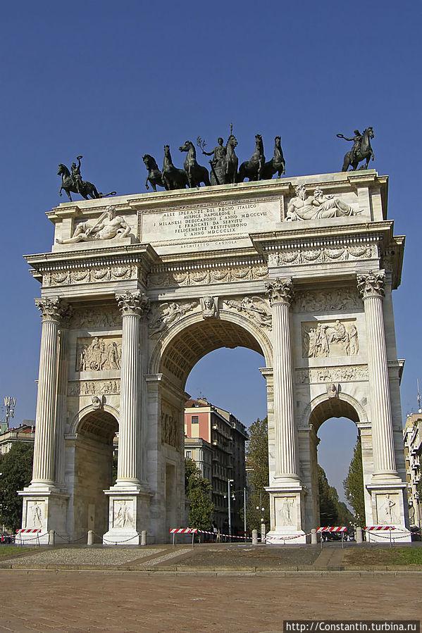 Арко делла Паче (Arco della Pace) стоит в северной части парка, на Пьяцца Семпионе.