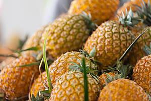 Ананасы – достопримечательность Азорских островов. Продаётся на местном рынке. Эти ананасы выращиваются на островах, в теплицах. Они вкусны, сочны и, что отличает их от привычных нам, их можно съесть целиком — у них нет жесткой сердцевины.