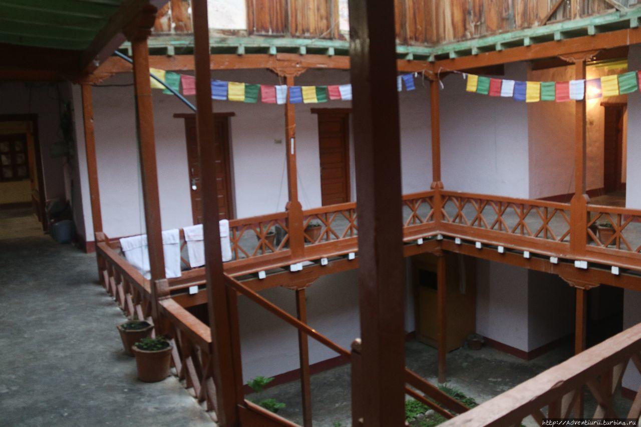 Внутри дома для гостей. Манали, Индия