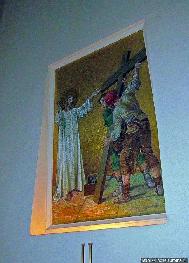 а в нишах на стенах пронумерованныекартины на тему страстей Христовых, как я заметил, в канонах католичества любят изображать путь Спасителя на Голгофу