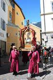По улицам города проносятся местные святыни.