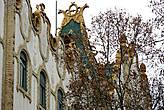Здание Почтово-Сберегательного банка. Сейчас — Венгерский Национальный банк. Архитектор Эдён Лехнер. 1899-1902 г.г. Самая красивая его часть — черепичная ярко-зелёная крыша. Жаль, что её почти невозможно рассмотреть.
