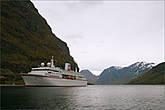 Фьорды манили своей близостью, но до лодки еще много часов...