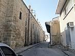 Одна из стен постоялого двора Бюйюк Хан. Это огромный постоялый двор 16 века , больше похожий не крепость, с мечетью посреди двора.Во время британского правления ее использовали как тюрьму, после Второй Мировой войны здесь был приют для бездомных , а теперь здесь работают многочисленные кафе и сувенирные лавочки. Здесь же работает  Турецкий театр теней , единственный на Кипре.