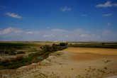 С вершины раскопок хорошо видна долина, где распологалась низинная часть города. Она не откопана, но река Сангария  так же медленно несет свои воды,  словно не пронеслись через нее лихие тысячелетия с расцветом и гибелью государств.