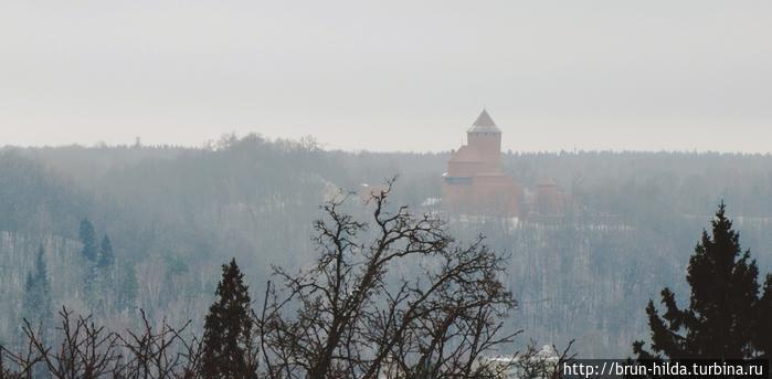 С развилин замкам открывается прекрасный внешний вид на Кримулдскую усадьбу и Турайдский замок. Сигулда, Латвия
