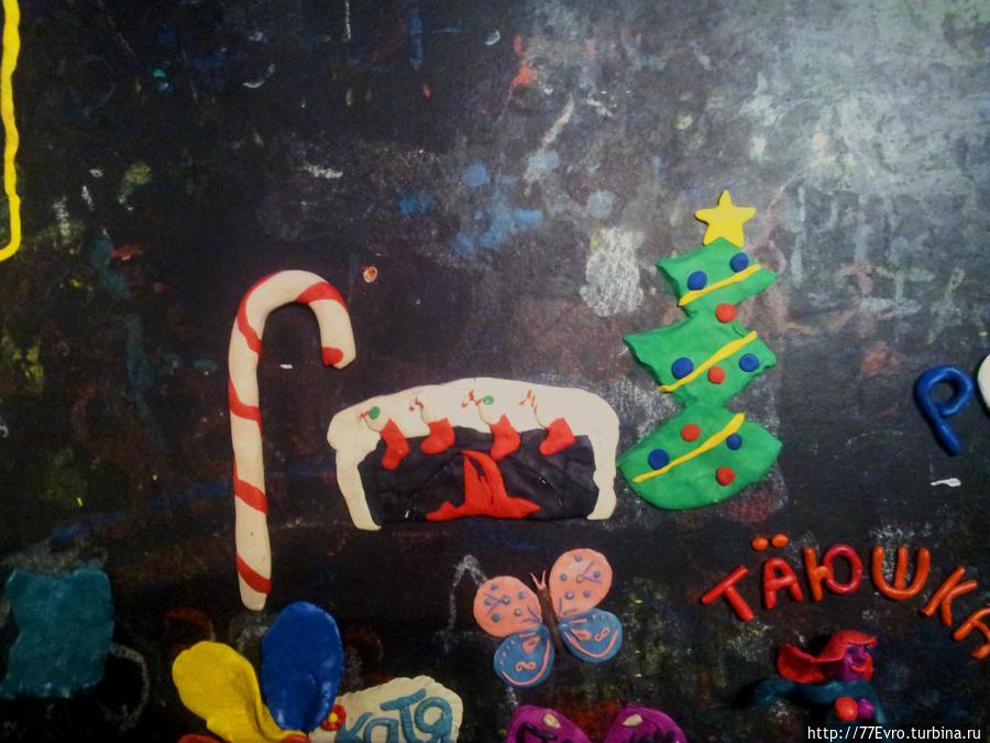 Наша предновогодняя композиция — Candy cane, камин с носочками и ёлочка