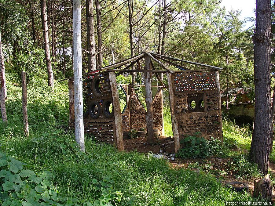 Вокруг лестницы на склоне горы построены кое-какие домики, а дальше парк с вот такими импровизировынными беседками.