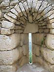 Сохранилось много примеров средневековых «лазеек» — специальные окна, узкие снаружи, но широкие на внутренней стороне. Они были разработаны специально для стрельбы из луков и арбалетов, давая защитникам внутри крепости много места, в то время как атакующие видели только узкую щель в качестве мишени.