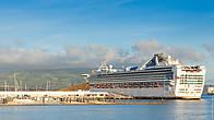 Огромный круизный лайнер у причала. Понта-Делгада принимает большое количество круизных лайнеров как из Европы так и из США.