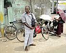 Внешний облик ланкийского мужчины скромный и без особых излишеств, если не считать излишеством юбку-саронг. Чем он занимается по жизни, определить сложно, но явно не на государственной службе...