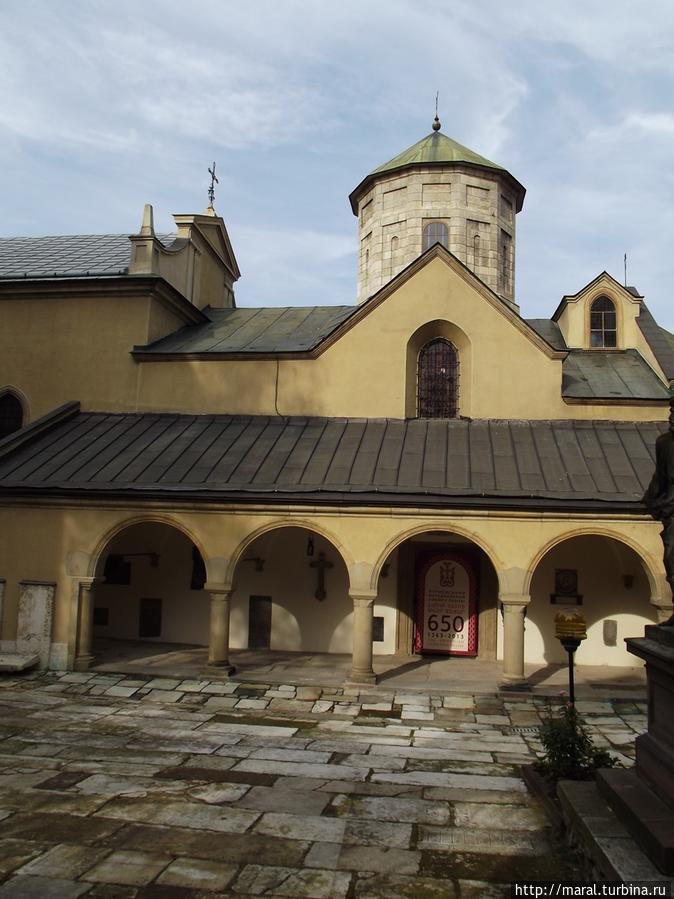 Монастырский двор у северной стены собора