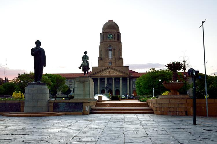 Мэрия Претории и памятник