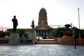 Мэрия Претории и памятник Андрису Преториусу, в честь которого назван город. Снято из-за забора. Что характерно, еще совсем недавно этого забора на Street View не было.