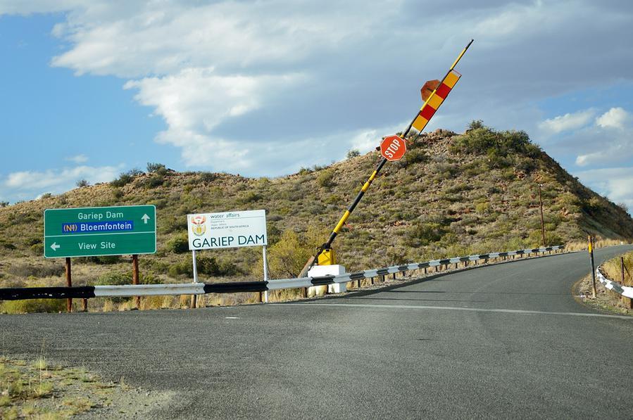 Шлагбаум поднят — дорога к ГЭС открыта. Как же у них тут дружелюбно