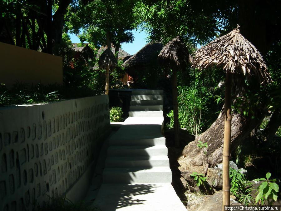 Виллы/лоджи находятся на разных уровнях и по территории отеля проложены вот такие ступенчатые дорожки.