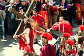 Актёр, изображающий Христа, несёт на себе настоящий тяжёлый деревянный крест — вес его более 50 килограммов. И бьют его плетьми почти по-настоящему.