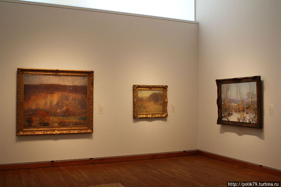 Зал пенсильванских импрессионистов.  Слева картина Даниэля Гарбера. Вечер на карьере.  В центре — Уильям Латроп. Пейзаж.  Справа — Эдвард Редфилд. Вид на реку Делавар.