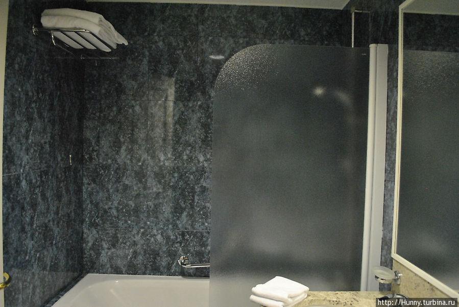Нелепая панель, благодаря небольшой щели между ней и ванной, на полу всегда была лужа