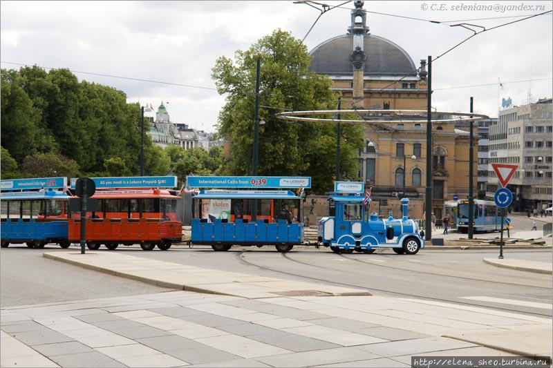 36. По площади мимо Национального театра идёт поезд без пассажиров, похожий на детскую игрушку. На этом мы заканчиваем прогулку по центру Осло с его главной улицей, на которую как на ось нанизаны разнообразные подробности норвежской столицы.