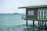 Хотя жить в таких коттеджах — небезопасно. Ведь здесь нередко случаются довольно сильные штормы. Вспомним цунами, от которого пострадал остров Пхукет... *