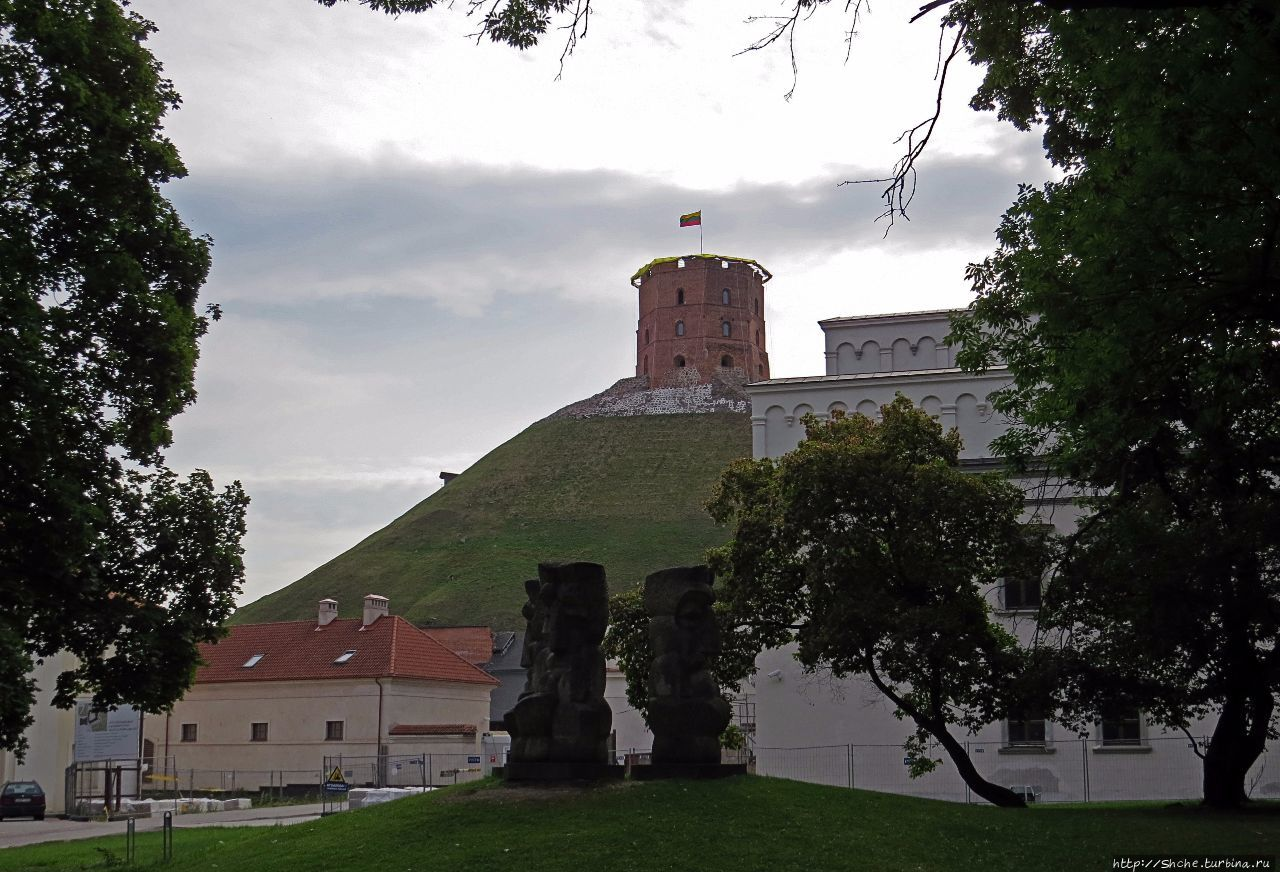 Над городом Вильнюс стоит одиноко на холма вершине она