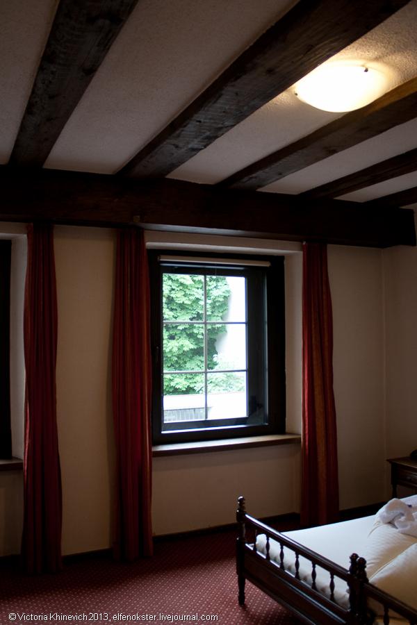 Деревянные балки на потолке — гордость хозяина. Это старые балки, сохраненные с самой постройки дома.