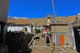 впереди виднеется буддистская ступа и площадь