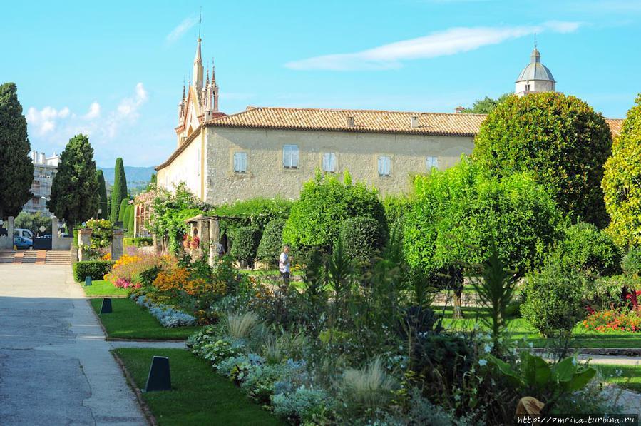 Если обернуться назад, что можно снова увидеть церковь и монастырь.