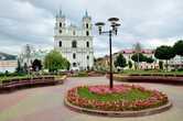 Сквер напротив костела. Кругом цветы и плиточка — прямо Европа