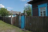 ...забавные столбы  на входе в калитку — такие я видела только на Полесье..