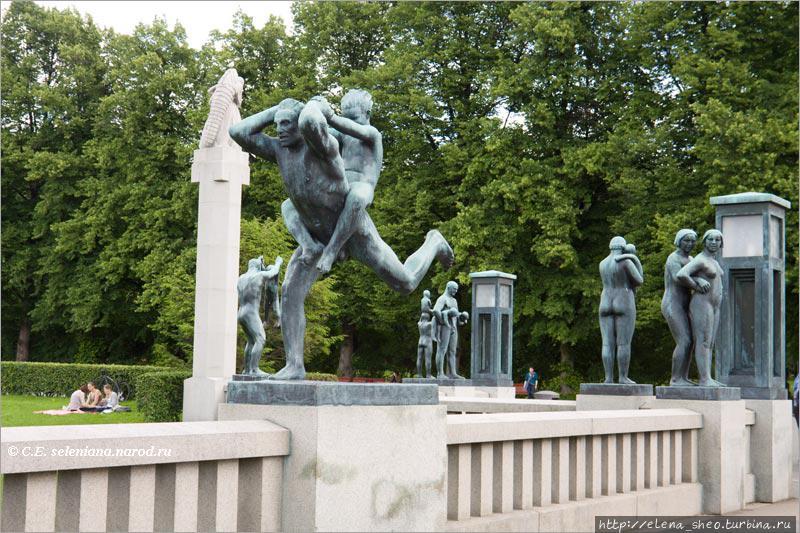 7. Многие скульптуры статичны — люди просто стоят по одному, по двое. Их разбавляют скульптуры действия. На траве отдыхают настоящие люди, не скульптуры. Это ничуть не возбраняется — парк для того и существует, чтобы люди ходили по траве и отдыхали на ней. Можно даже полежать, если душа того требует.