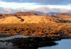 С юга котловину озера Иссык-Куль замыкает хребет Терскей Ала-Тоо (средняя высота 4500 метров), поднимающийся в своей высшей точке до 5 с лишним тысяч метров