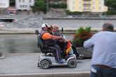 мы снимаем  радующихся инвалидов-болельщиков