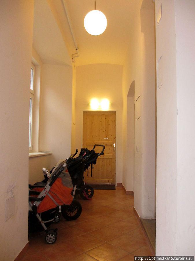 Дом, где мы жили обычный. Наши апартаменты — одна из нескольких квартир на первом этаже.