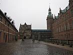Мы приехали раньше, чем открывается музей, но не пожалели, так как у нас появилось время осмотреться. Ворота внешнего двора: через них  можно попасть в дворцовый парк.