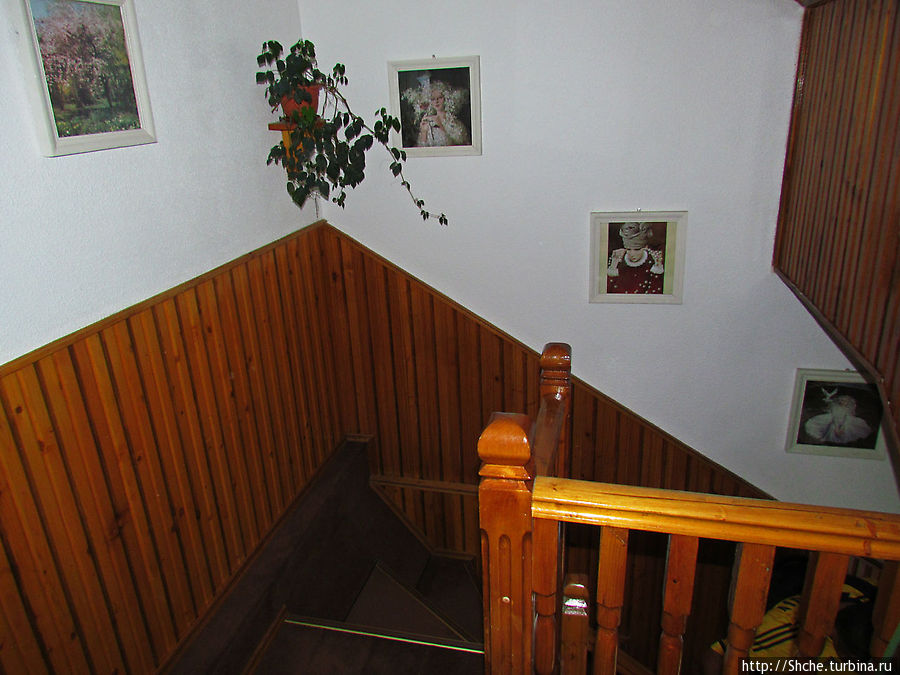 Номер был на втором этаже, и тащить чемоданы по такой леснице было бы не приятно. Хорошо, что у нас были спортивные сумки