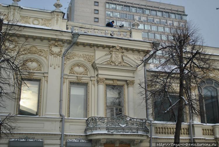 Над балконом инициалы ЗУ